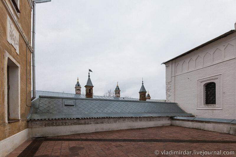 Иераршие палаты (ниже уровнем) и Церковь Спаса на Сенях. Ростовский кремль.
