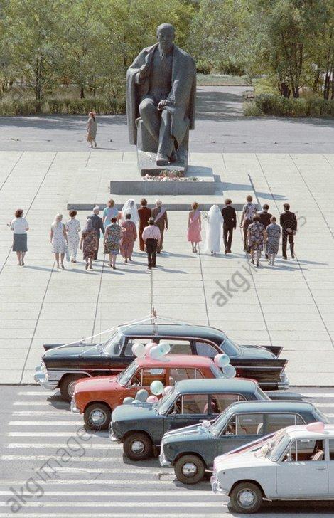 1981 At the monument to Vladimir Lenin on Pervomaiskaya Square.jpg