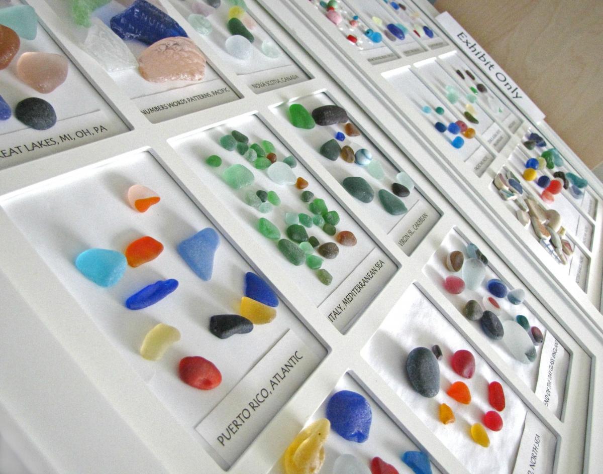 коллекция морского стекла, стекло обкатанное морем, выставка, со всего  мира