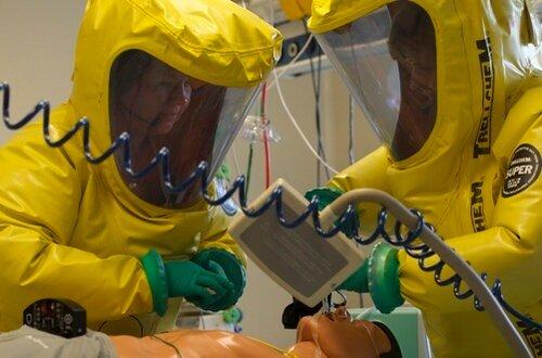 Военные медики Чешской армии в Центре биологической защиты в специальных защитных костюмах моделируют на манекене лечение пациента, инфицированного Эболой.  Яблонне над Орлицей, 11 августа 2014