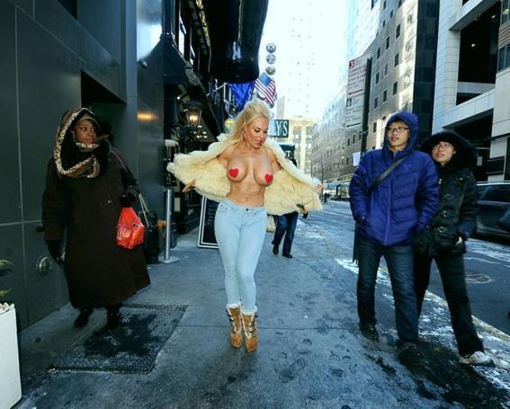 Николь Остин показала на улице грудь, чтобы поздравить влюбленных