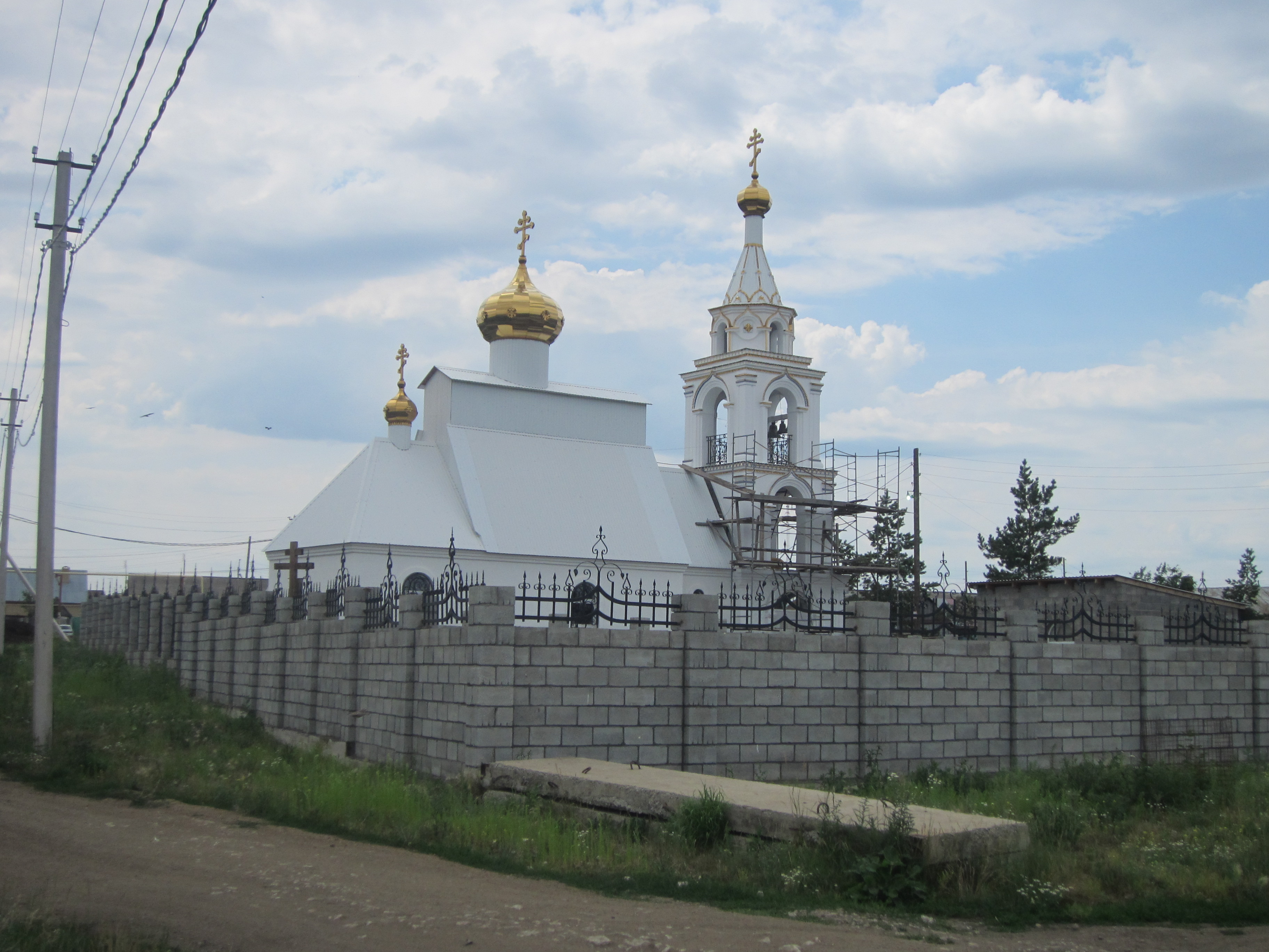 Вид на церковь с дороги (09.07.2014)