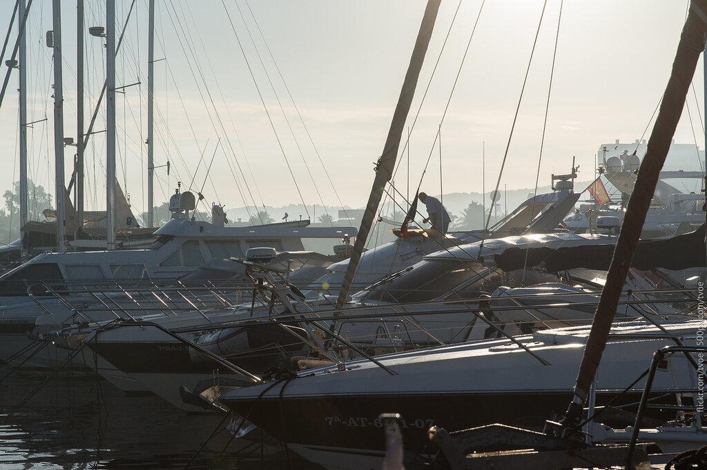 Яхты в Сан-Антонио на Ибице во время рассвета