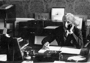 Чрезвычайный и полномочный посол Великобритании в России Джордж Уильям Бьюкенен в кабинете посольства за письменным столом (Дворцовая наб., 4).