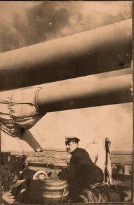 Офицер у артиллерийской башни линейного корабля Севастополь.