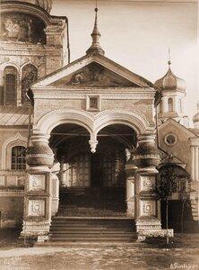Вид крыльца и вход в Троицкий собор Ипатьевского монастыря. Кострома г.