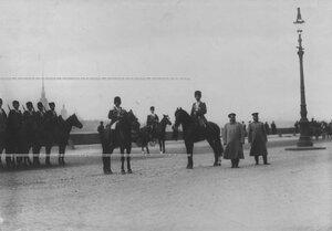 Конвой на лошадях  и члены дворцовой полиции на Дворцовой набережной.