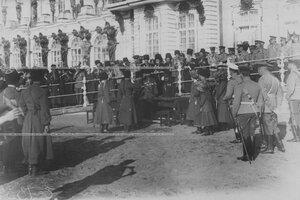 Раздача наград конвойцам в присутствии великих княжен  на плацу перед   Екатерининским  дворцом  в день  празднования 100-летнего юбилея конвоя.