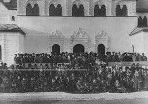 Группа конвойцев у офицерского собрания конвоя.