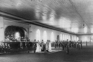 Молебен в полку в присутствии императора Николая II .