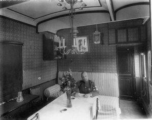 Начальник поезда за столом в вагоне