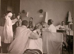 Раненые в палате лазарета,устроенного в помещении реального училища Мазинга.