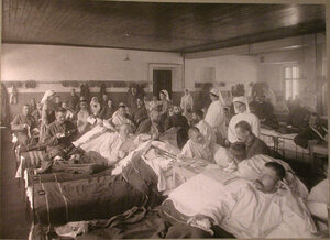 Раненые в палате лазарета,организованного при фабрике Ф.Байера.
