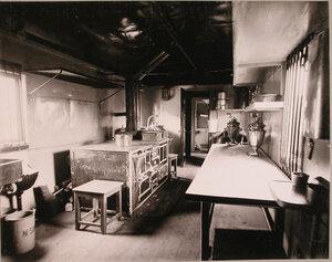 Внутренний вид вагона поезда, оборудованного под кухню.