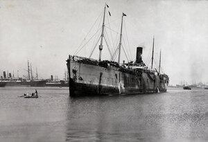 Пароход  Havershan crance с эвакуируемыми в акватории порта.
