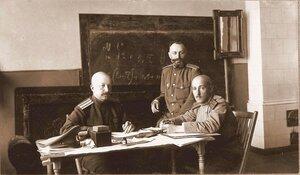Группа офицеров; слева - помощник дежурного генерала полковник Эллерс; справа - старший ад'ютант ротмистр Фадеев.