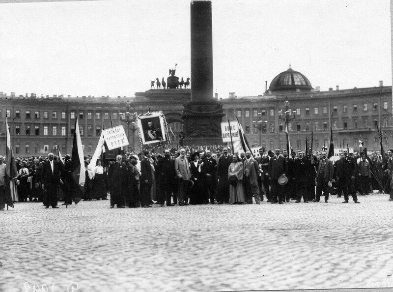 Толпы ликующих монархистов на Дворцовой площади перед чтением манифеста.