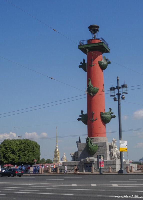 А это уже Стрелка Васильевского острова и одна из Ростральных колонн. Сзади скромно выглядывает шпиль Петропавловки.