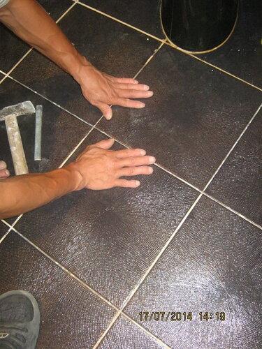 Напарник уже приступил к ремонту кафеля на полу