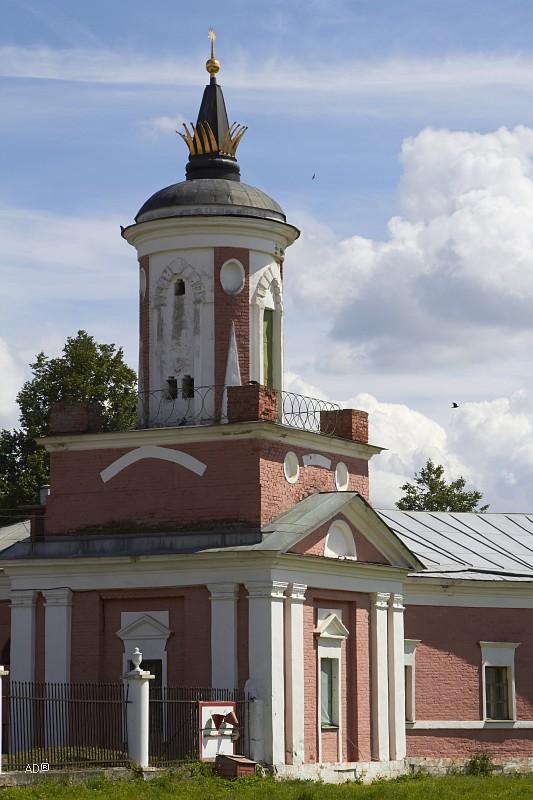 Двухъярусная башня со шпилями каретника, построенного в 60-е годы восемнадцатого века