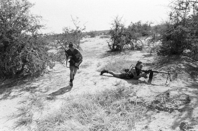 """Dans le cadre de l'opération """"Manta"""", progression dans la région d'Ati d'une patrouille du 2e RIMa (Régiment d'Infanterie de Marine)."""