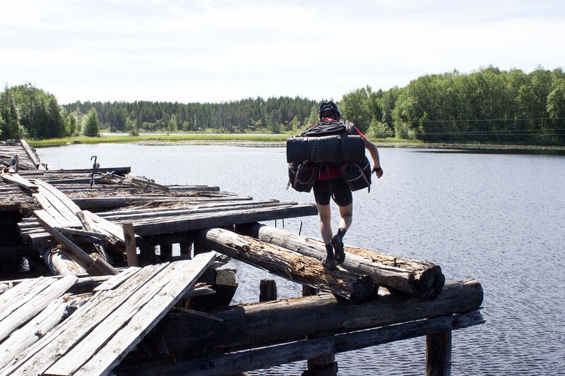 перенос велосипедов и рюкзаков через мост через Суну в Линдозеро