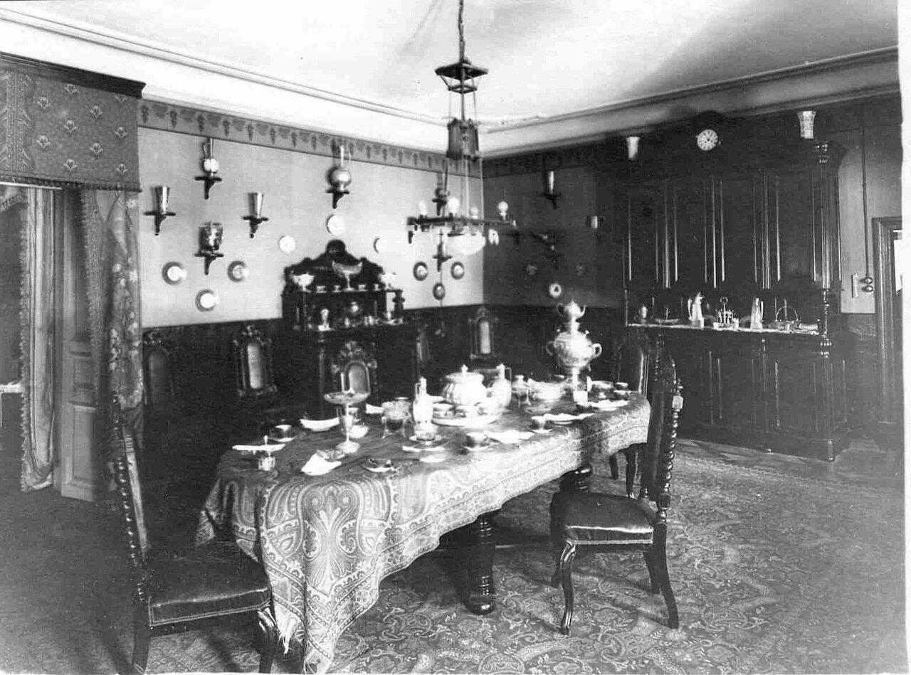 05. Стол, сервированный для чаепития в столовой