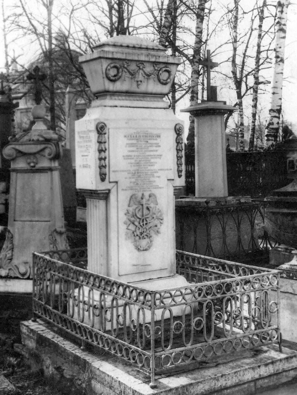 03. Надгробный памятник М.В.Ломоносову на кладбище. 1913