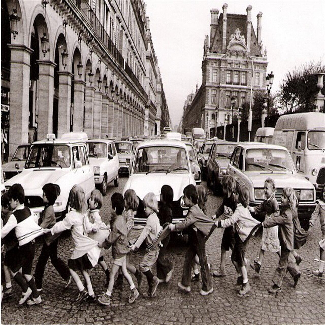 1978. Школьники на улице Риволи в Париже