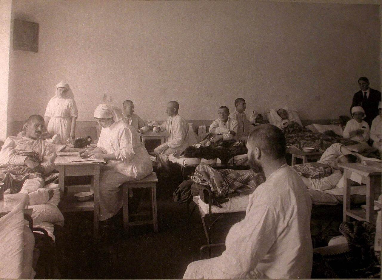 13. Медицинский персонал и раненые в палате лазарета св.Татьяны, устроенного в Университетской типографии