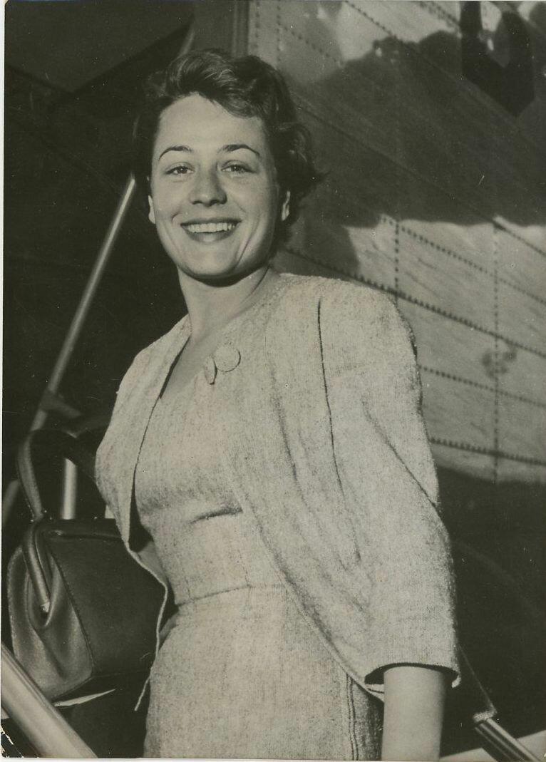 1957. Анни Жирардо покидает Париж, отправляясь отдыхать  в Марселе