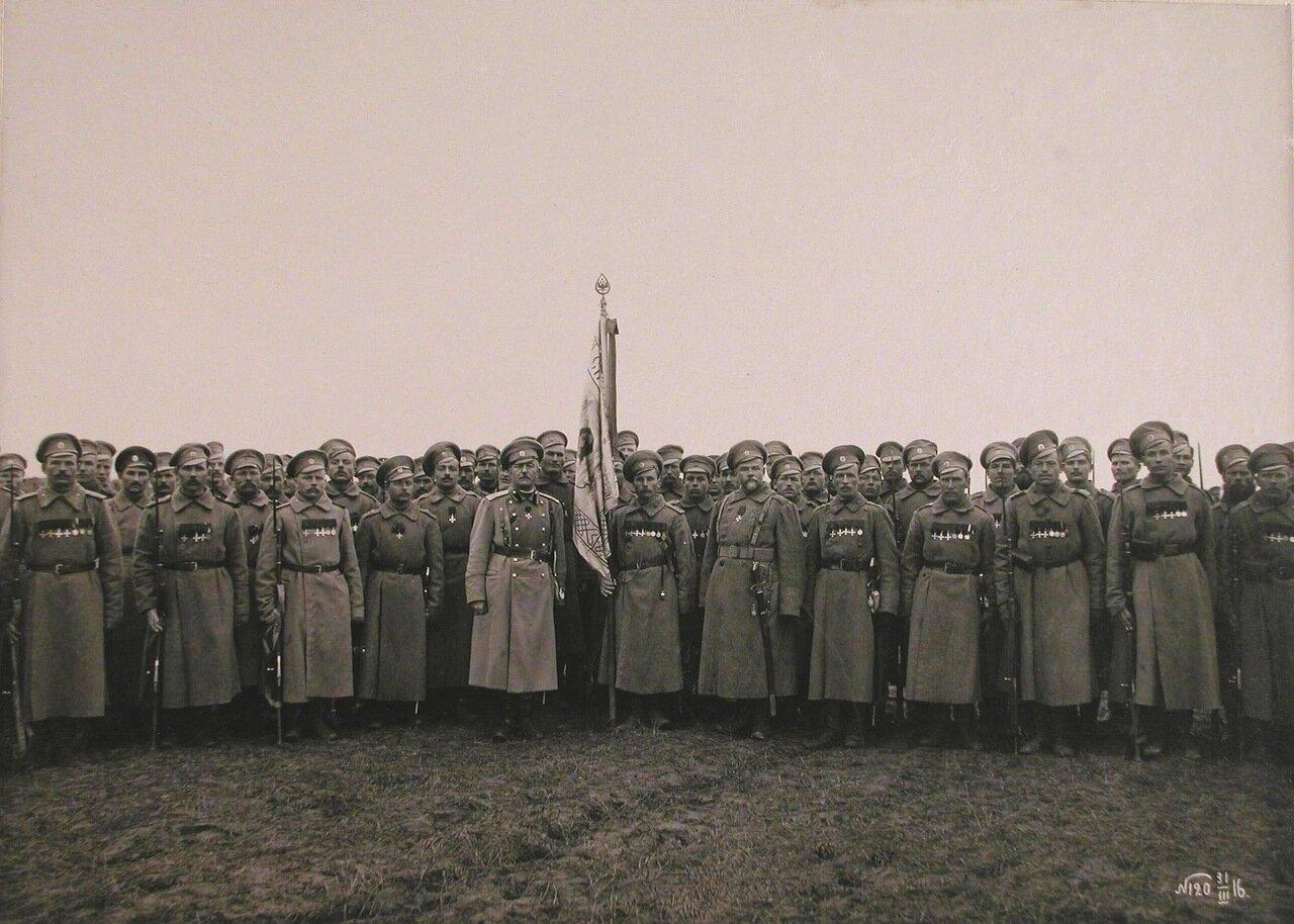 21. Командир 24-го армейского корпуса генерал от кавалерии Цуриков (в центре, слева у знамени) с группой награждённых Георгиевскими крестами и медалями