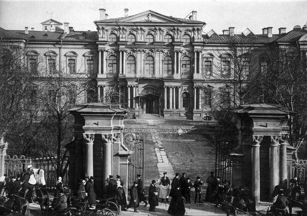 02. Центральный фасад здания и ворота с решёткой.
