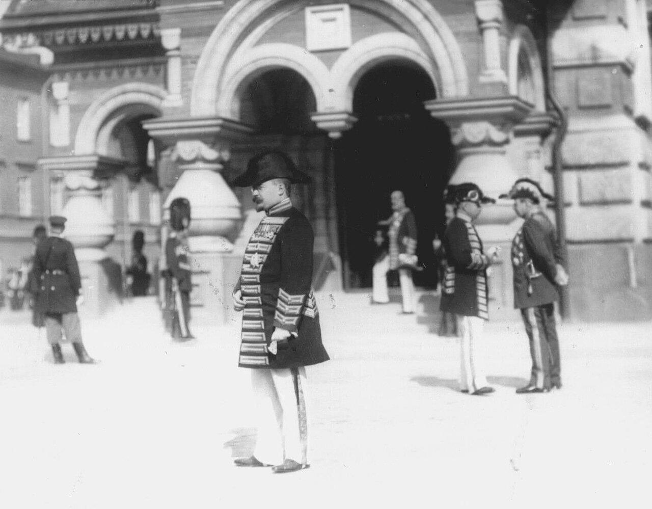 12. Группа офицеров свиты Его Величества у входа в храм в день его освящения