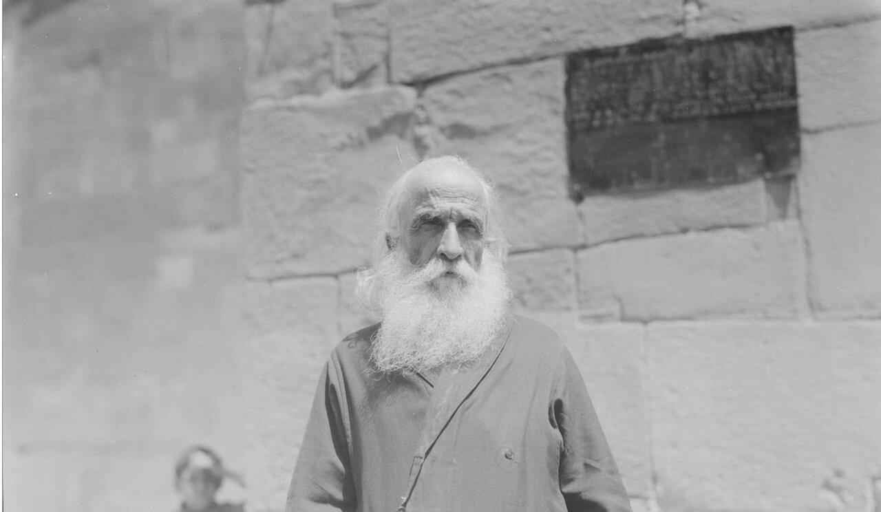Мцхета. Священник собора Светицховели