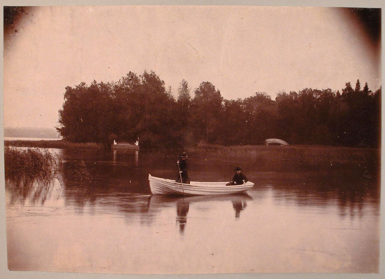 26.Дамы в лодке на озере; на втором плане - Остров с палаткой и Китайский мостик