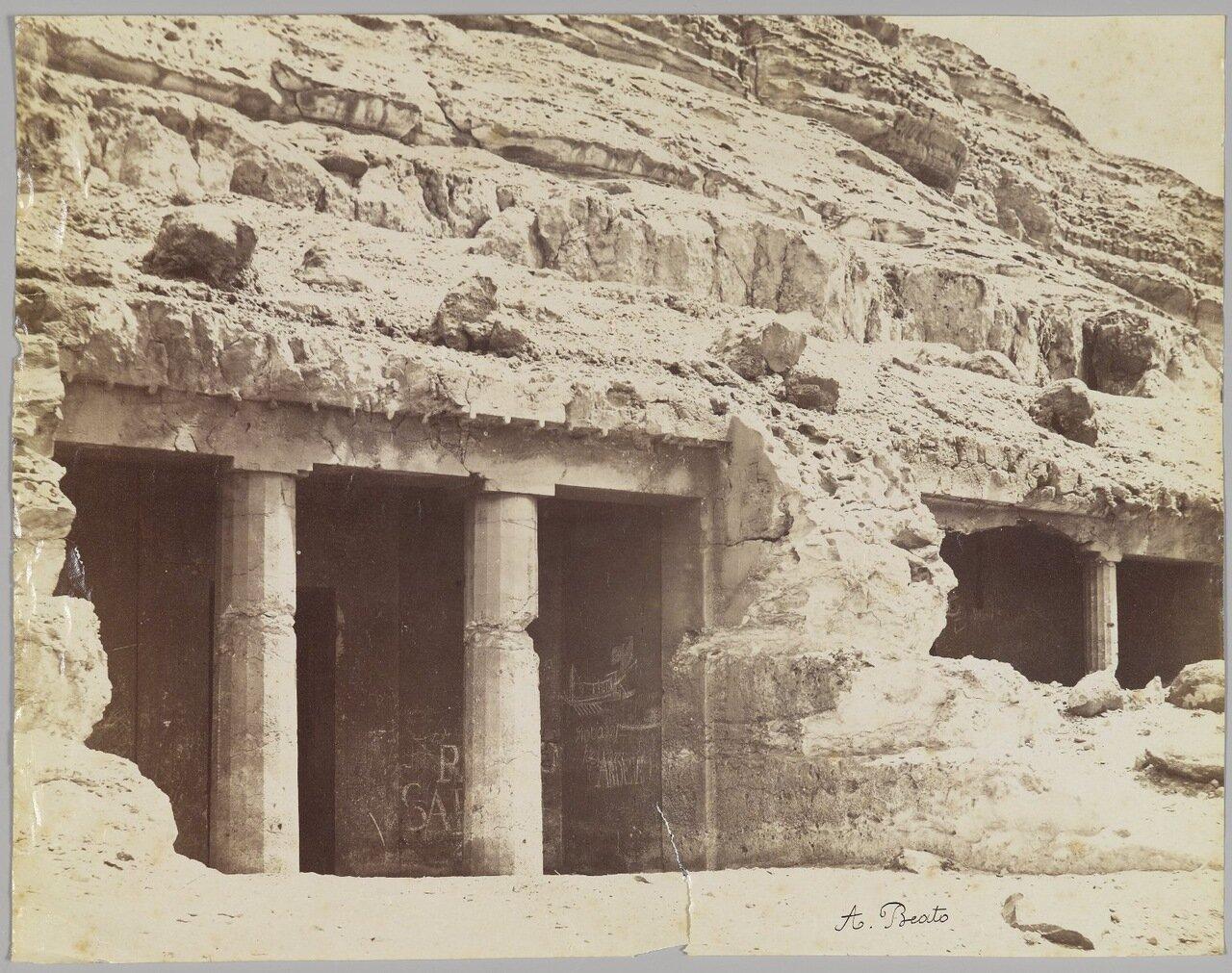 Гробницы в Бени Хасан (Вид на фасад гробницы Хнумхотеп)