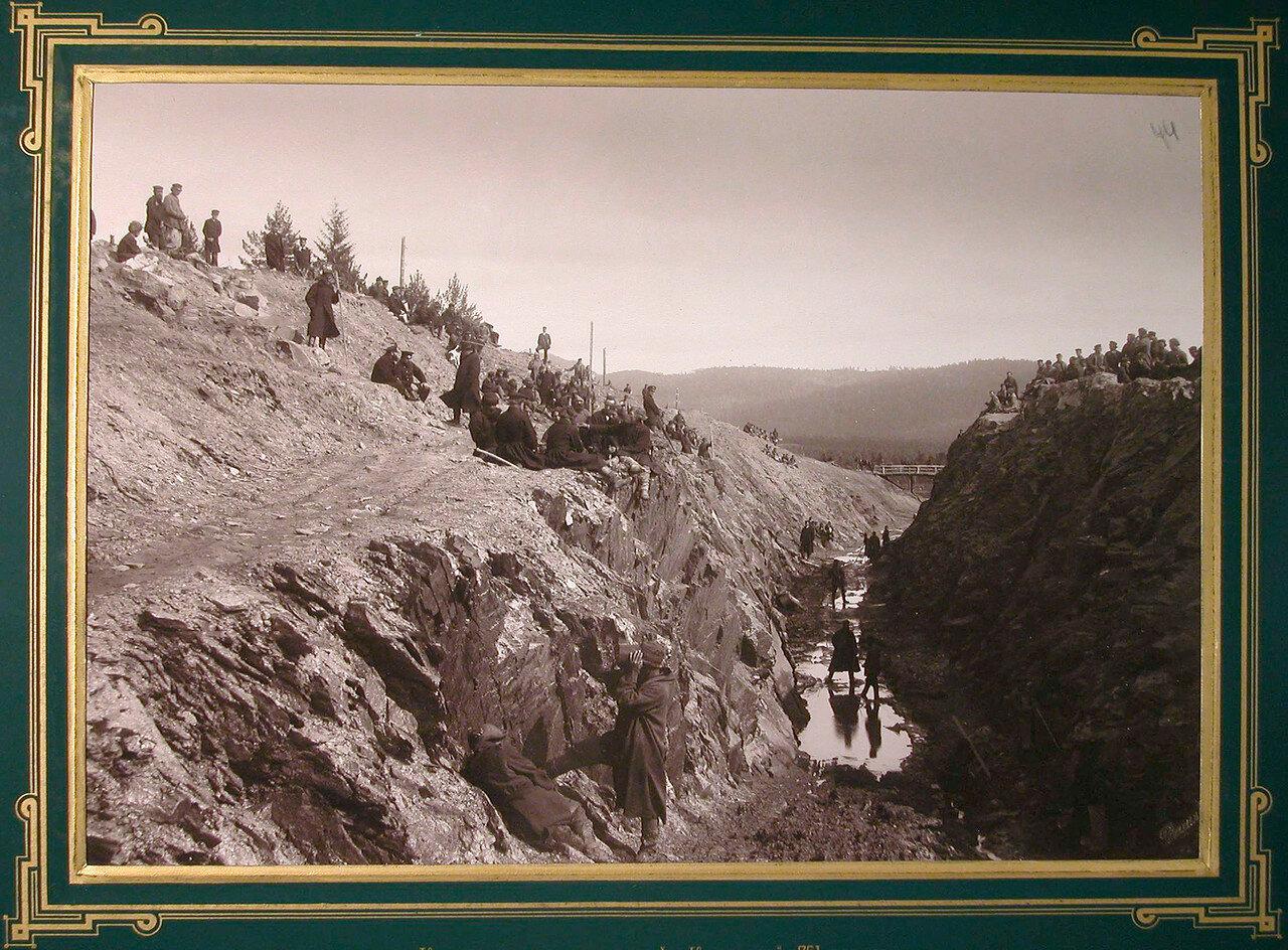 44. Рабочие за выемкой горной породы в горе Косотур.  751-я верста, 1885-1889