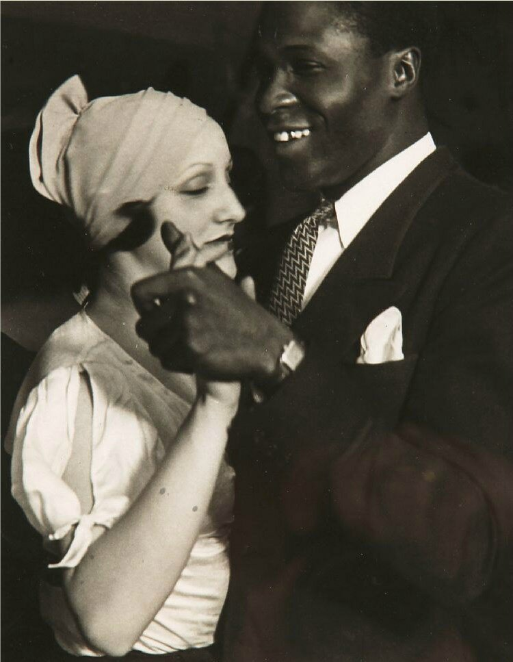 1932. Пара в дансинге «Негрэ» на улице Бломе