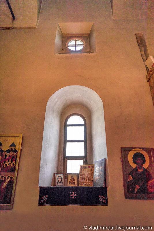Интерьер северного придела - окно-роза - вверху и амбразура окна - внизу