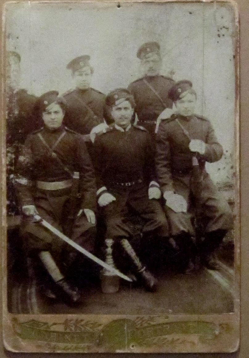 Группа казаков станицы Семикаракорской в период Первой мировой войны.