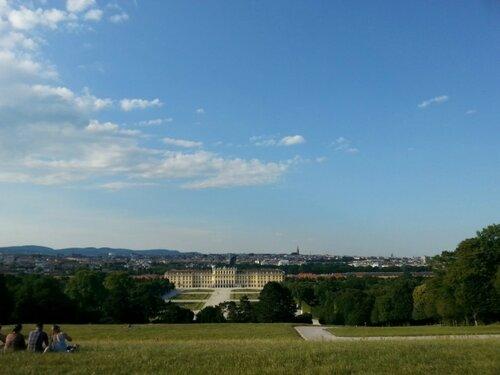 С холма, где установлена триумфальная арка Глориетта (в честь победы Австрии над Пруссией в 18 веке) открывается шикарный вид на Вену и ее окрестности
