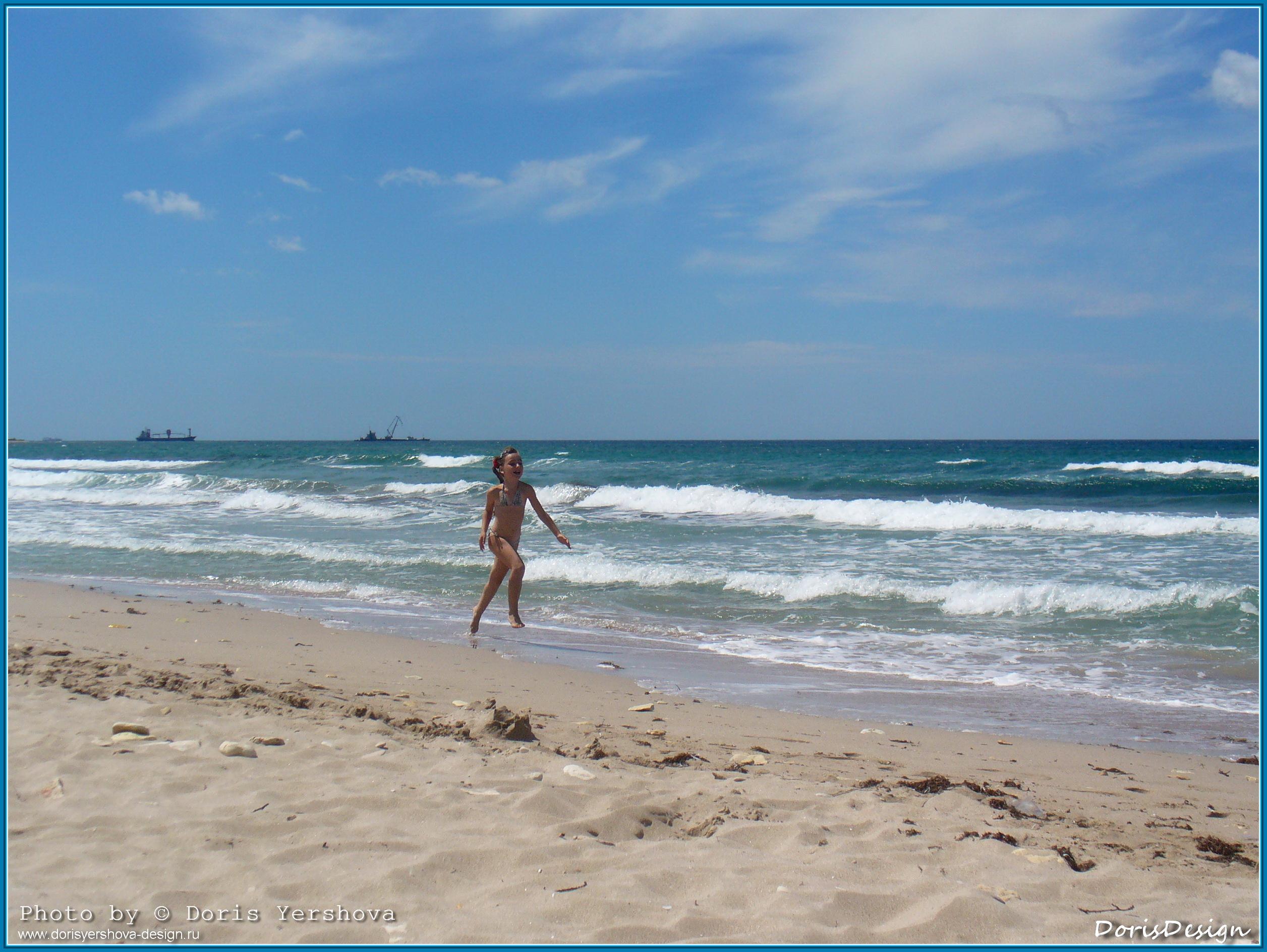 море, Крым, Тарханкут, поселок Оленевка, лето, по кромке воды бежит девочка,  корабли на горизонте, прибой