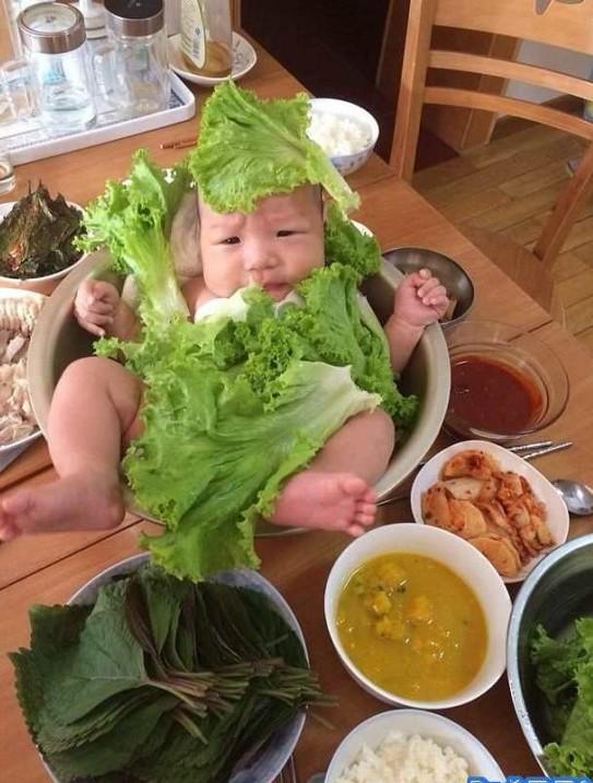 ребенок в листьях салата