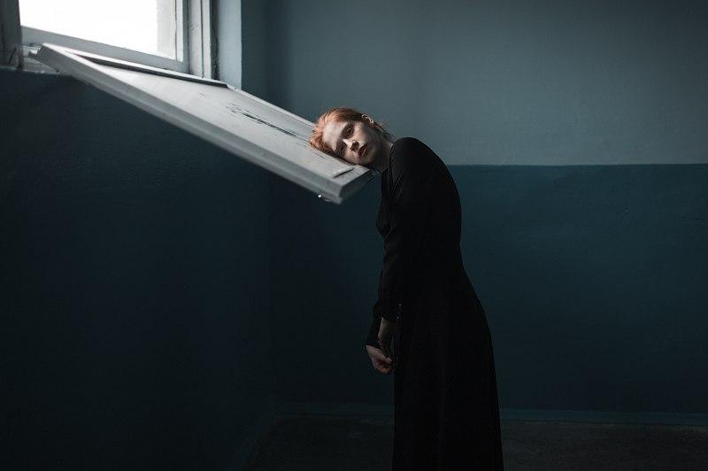отрешенность девушка у окна