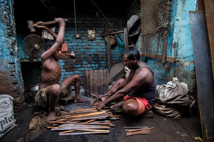 10. Поощрительная премия — «Железные ребра» (автор: Сабхасис Сен, Индия). Мальчик с отцом выгибают ж