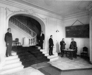 Вестибюль в здании посольства.
