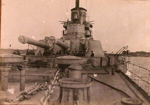 Группа матросов у артиллерийского орудия на палубе линейного корабля Севастополь.