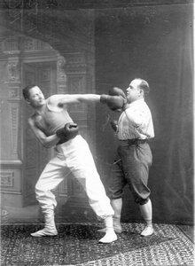 Боксеры в момент схватки на ринге (французский бокс)