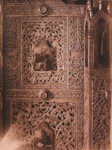 Деталь резных царских врат в церкви Иоанна Лествичника в Кирилло-Белозерском монастыре. Вологодская губ.
